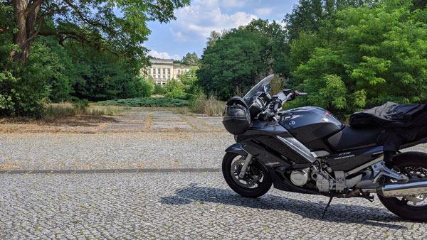 lost places in brandenburg: hoersaalgebaeude der ehemaligen fdj-hochschule wilhelm pieck am bogensee mit motorrad im vordergrund