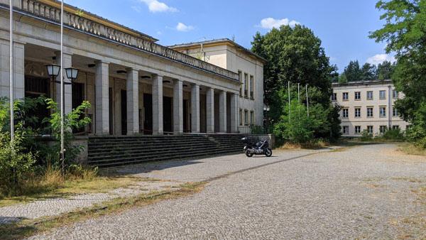 kulturhaus der ehemaligen fdj-schule wilhelm pieck am bogensee