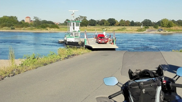 oster-motorradtouren: elbfaehre mit motorrad bei sandau