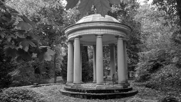 fahrten ins graue: pavillon im schlosspark von blankensee in brandenburg