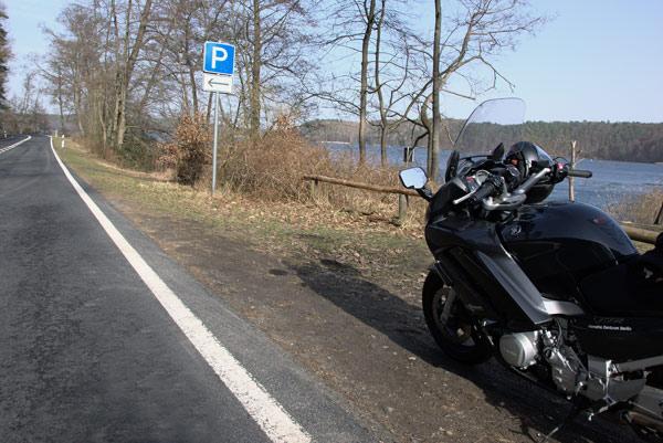 fruehlingserwachen auf dem motorrad: rast am seeufer