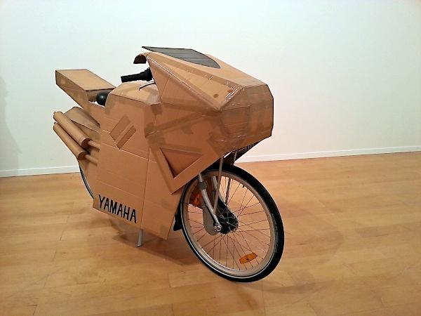 tipps fuer motorradneulinge: kuenstlerisches motorrad mit pappverkleidung