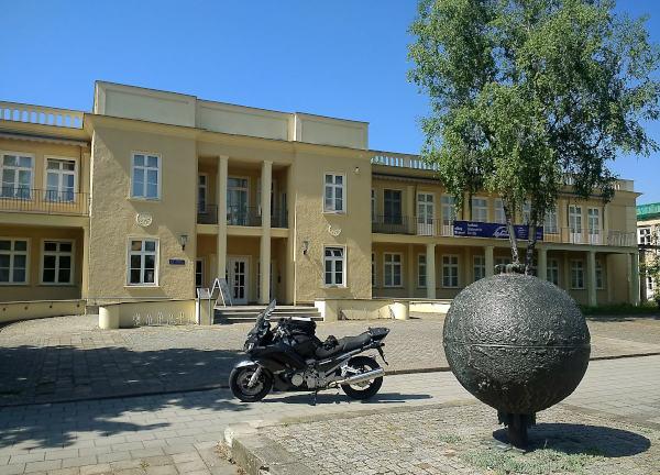 motorrad vor dem museum der ddr-alltagskultur in eisenhuettenstadt