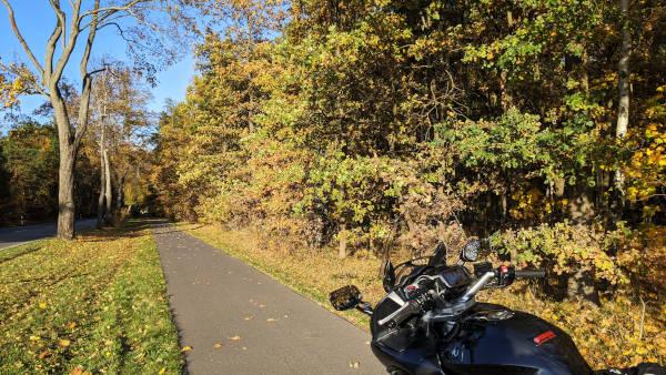 motorrad bei pause an der landstrasse