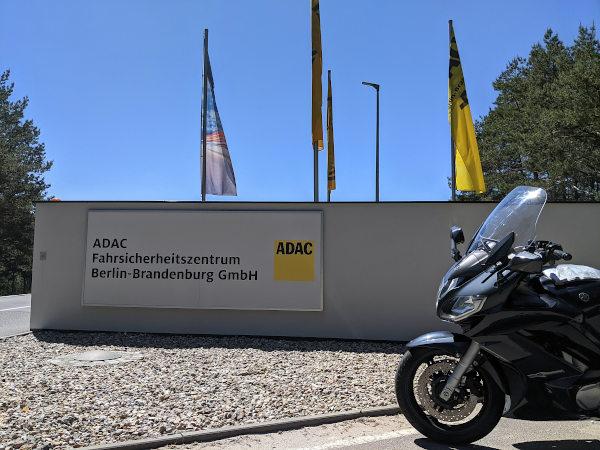 motorrad vor dem adac fahrsicherheitszentrum linthe