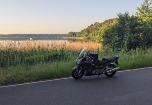 motorrad im morgenlicht am werbellinsee