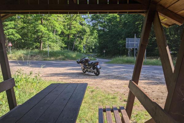 fruehstart in den sommertag: motorrad in der schorfheide
