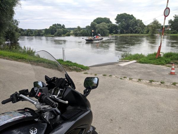 donaufaehre eining mit motorrad