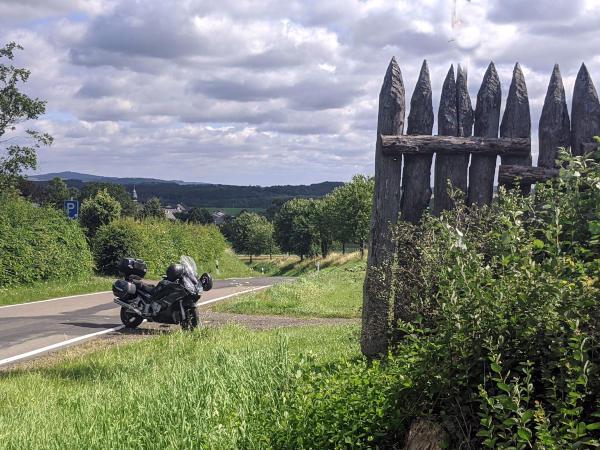 limespalisade bei dornholzhausen im taunus mit motorrad