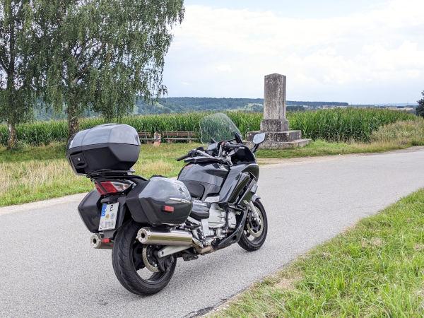 hadrianssaeule hienheim mit motorrad