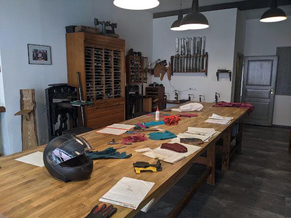 motorradtour erzgebirge: arbeitstisch handschuhmacherwerkstatt