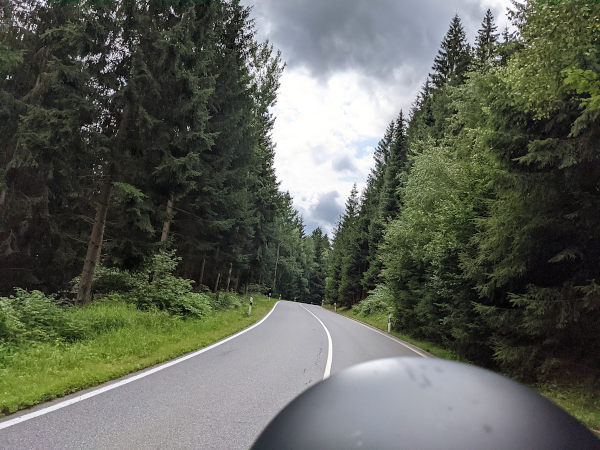 motorradtour im erzgebirge: kurvenfahrt