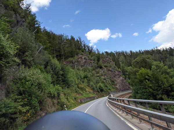 motorradtour im erzgebirge: kurvenfahrt im tal