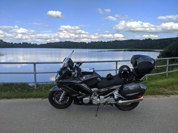 motorrad am see im erzgebirge