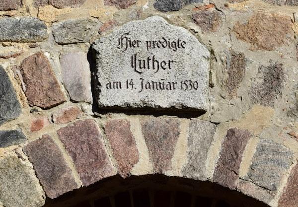 luther gedenkstein an der stadtkirche von bad belzig