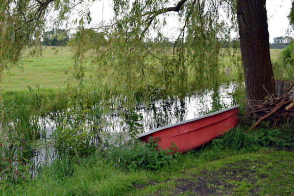 rotes boot am fluss