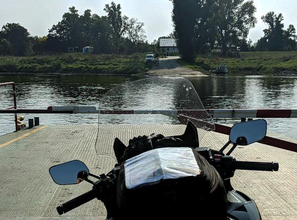 elbfaehre bei aken in sachsen anhalt mit motorrad