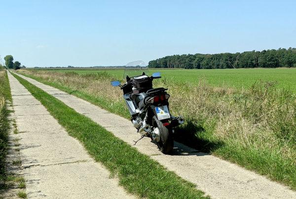 motorrad auf einem betonplattenweg bei kuetzkow