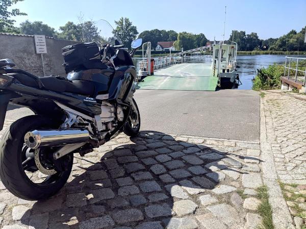 motorrad an der havelfaehre bei pritzerbe