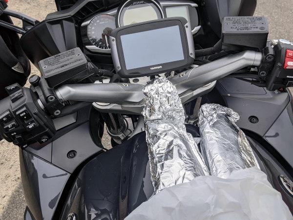 raeucherfische im motorrad tankrucksack